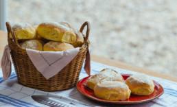 Selbstgebackene Brötchen mit Mehl aus der Harzer Mühle